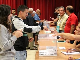 Persones votant ahir al matí al col·legi electoral instal·lat a la seu de l''Escola de Música del Vendrell. Foto:J.M.F. / TAEMPUS