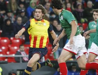 Sergi Roberto condueix una pilota en el partit entre el País Basc i Catalunya que es va jugar a San Mamés ORIOL DURAN