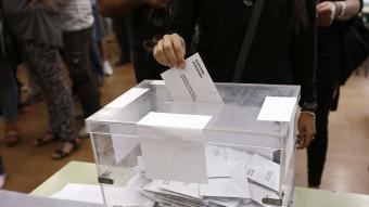 Un ciutadà votant en les eleccions del 27 de setembre EFE