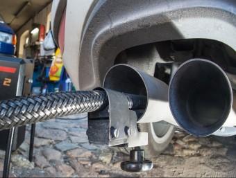 Control d'emissions de gasos  d'un vehicle Volkswagen a Alemanya  PATRICK PLEUL / AFP