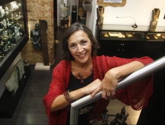 Fili Plaza, dissenyadora de joies i propietària de la marca, en la botiga de Barcelona.  Foto:ORIOL DURAN