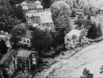 Dues imatges del poble dels Banys de Vernet al Conflent, abans i després de l'aiguat del 40; han desaparegut edificis sencers enduts per la riuada.. GÉNOVÈSE, 1940, ARXIU TERRA NOSTRA