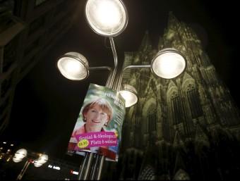 Un cartell electoral de la candidata independent Henriette Reker davant de la capital de Colònia, a Alemanya REUTERS