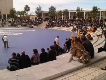 Estudiants a l'àgora de la UJI de Castelló de la Plana en una activitat reivindicativa. EL PUNT AVUI