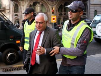 El tresorer de CDC, Andreu Viloca, detingut per la Guàrdia Civil, que l'ha traslladat a la seu de CDC, al carrer Còrsega ACN
