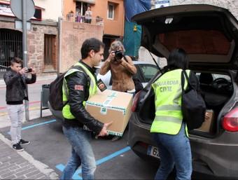 Agents de la Guàrdia Civil s'enduen dues caixes amb documentació, després del registre d'aquest dimecres a l'Ajuntament de Sant Fruitós de Bages ACN