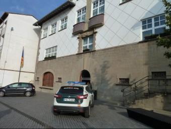 Un cotxe de la Guàrdia Civil aparcat davant l'Ajuntament d'Olot, durant l'escorcoll d'aquest dimecres J. CASAS