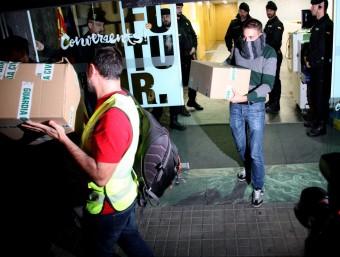 Agents de la Guàrdia Civil surten de la seu de CDC a Barcelona amb diveres caixes de cartró, aquest dimecres a la nit ACN