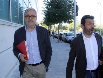 L'advocat de CDC, Xavier Melero, i el responsable de Règim Intern i Comunicació de CDC, Francesc Sánchez, sortint de la Comandància de la Guàrdia Civil de Tarragona ACN