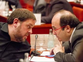 Oriol Junqueras i Miquel Iceta intercanvien impressions, ahir al matí, durant la reunió de la comissió permanent ALBERT SALAMÉ