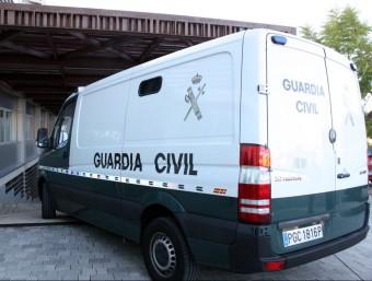 La furgoneta que ha traslladat els empresaris Xavier Tauler i Sergio Lerma, arribant aquest divendres als jutjats del Vendrell ACN