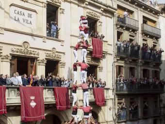 El magnífic 3 de 10 carregat de la Vella dels Xiquets de Valls ahir a la plaça del Blat , el millor castell que es va veure en la diada de Santa Úrsul JUAN CARLOS LEÓN