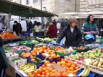 Els experts recomanen la dieta mediterrània, rica en fruita, verdures i llegums per protegir dels efectes nocius de la carn EL PUNTAVUI