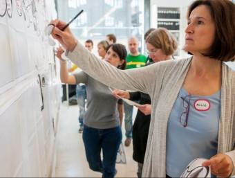 Participants en una activitat de Manual Thinking.  ARXIU