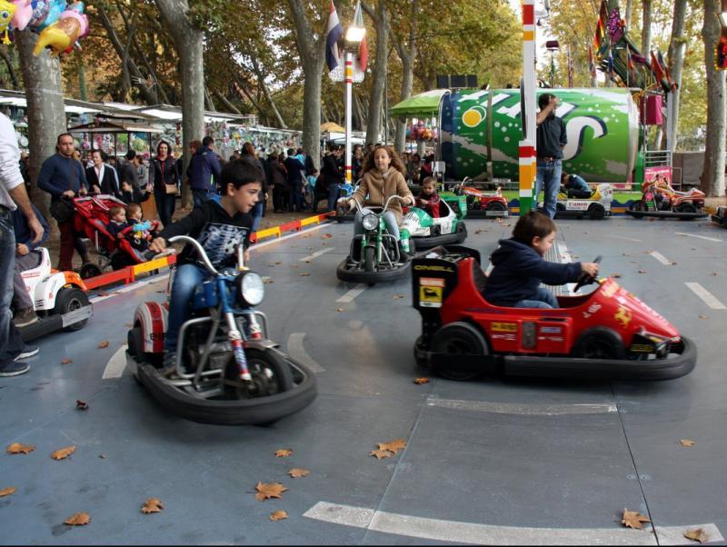 Diversos infants gaudint d'una atracció aquest diumenge 1 de novembre del 2015 a les Fires de Sant Narcís de Girona ACN