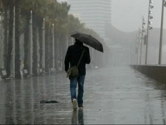 Un home amb un paraigua a Barcelona QUIM PUIG