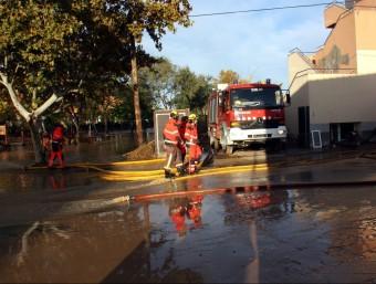 Els bombers treballant per treure l'aigua de la part del jardí de la residència geriàtrica d'Agramunt al nivell de la zona on hi havia les habitacions que s'han vist afectades pel desbordament del Sió ACN