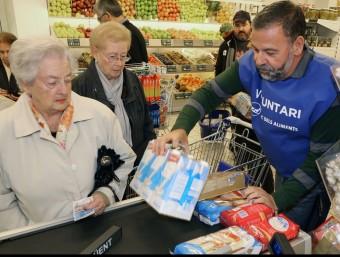 Un voluntari recull llet en l'edició de l'any passat del Gran Recapte MANEL LLADÓ
