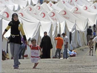Un grup de refugiats sirians situats en territori de Turquia.  ARXIU/EFE