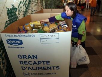 Un dels punts de recollida d'aliments en un mercat de Barcelona el divendre del Gran Recapte de l'any passat JUANMA RAMOS / ARIXU