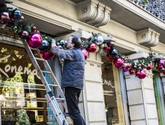 Botiguers guarnint els seus establiments. Foto:Josep Losada