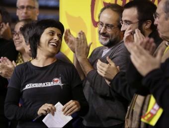 Anna Gabriel i Antonio Baños, amb altres membres de la CUP, al final del debat nacional celebrat a Manresa EFE