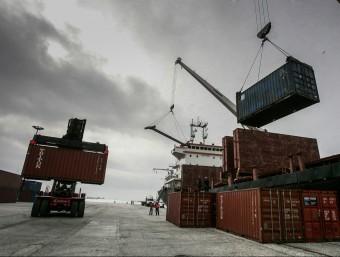 Descàrrega de contenidors al Callao, principal port de Perú per tràfic i capacitat.  ARXIU