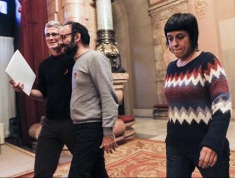 Els diputats de la CUP Anna Gabriel (d), Benet Salellas (c) i Sergi Saladie (e), dimarts al Parlament EFE