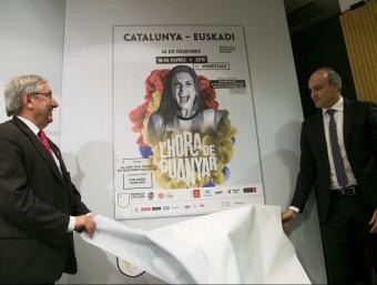Luis Mari Elustondo i Andreu Subies destapant el cartell del partit femení, amb Alèxia Putellas Foto:ALBERT SALAMÉ