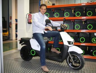 Carlos Sotelo, amb una moto elèctrica de Scutum, a la seu d'Esplugues de Llobregat.  FRANCESC MUÑOZ