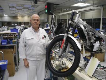 Gerard Bosch, director de Montesa Honda, al costat del model fabricat per al Japó.  ORIOL DURAN