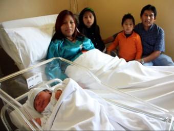 L'Erik Gael, amb els seus pares i els seus germans, a l'Hospital de Figueres ACN
