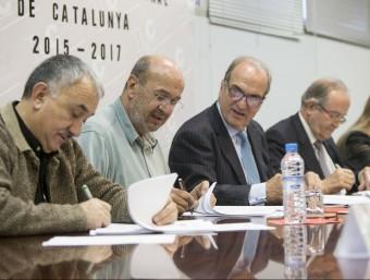 Els representants de la UGT, CCOO, Foment i Pimec signant l'acord interprofessional, al novembre ALBERT SALAMÉ / ARXIU
