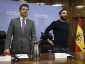 El ministre Catalá, al costat de l'humorista Dani Rovira en un acte sobre el maltractament animal EFE