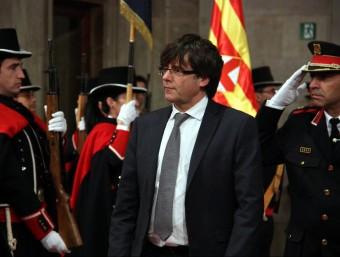 Puigdemont, passant revista a la formació de gala dels Mossos ACN