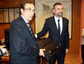 El conseller de Territori i Sostenibilitat, Josep Rull, ha rebut de mans de Santi Vila la cartera de Territori i Sostenibilitat ACN