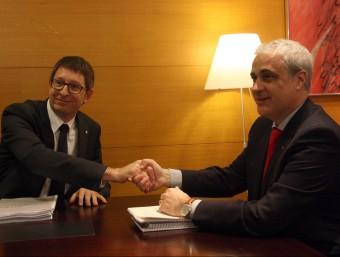 El nou conseller de Justícia, Carles Mundó, i el predecessor, Germà Gordó, es donen les mans ACN