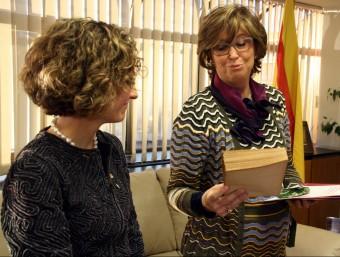 La consellera d'Ensenyament sortint, Irene Rigau, lliurant a la seva successora, Meritxell Ruiz, un exemplar facsímil de l'obra 'Instruccions per a l'ensenyança de minyons' ACN