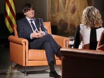 El nou president de la Generalitat, Carles Puigdemont, en un moment de l'entrevista d'ahir amb Mònica Terribas Jordi Bedmar