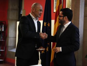 Romeva saluda el ja exsecretari general d'Afers Exteriors, Roger Albinyana, durant el traspàs de carteres d'ahir ACN