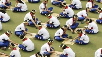 Estudiants d'una escola xinesa competeixen al Go, el joc de taula en què un ordinador de Google ja venç a professionals REUTERS