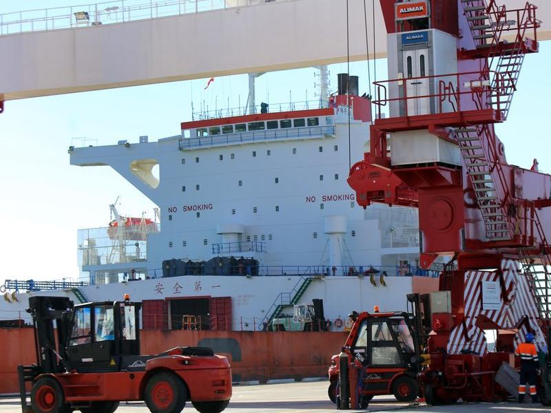 Una de les grues que operen al port barceloní.  Foto:ARXIU