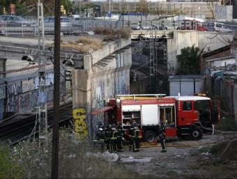 Bombers a la zona on s'ha generat el foc que ha provocat el caos a Rodalies i al metro de Barcelona, prop de Glòries EFE