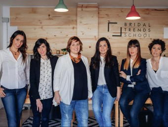 Cristina Escudero, la tercera per l'esquerra, amb les formadores de Bridal Trends School.  ARXIU