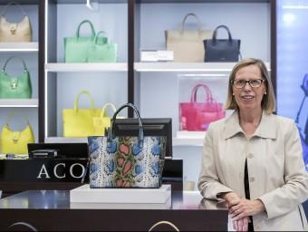 Cristina Colomer, presidenta d'Acosta, a la botiga que té a El Corte Inglés de Francesc Macià.  JOSEP LOSADA