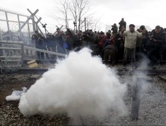 Gasos lacrimògens llançats per la policia macedònia contra els refugiats i immigrants que han intentat creuar la frontera des de Grècia, aquest dilluns a prop de la població d'Idomenei REUTERS