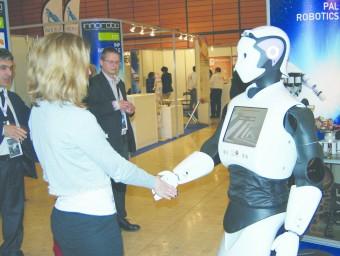 L'humanoide REEM-C. El robot REEM, de PAL Robotics, saluda una visitant de la fira Interpack de Düsseldorf, a Alemanya.  Foto:ARXIU ARXIU