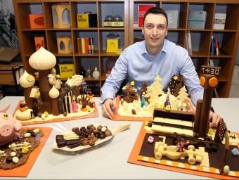 Vladimir Fileski, director general de Chocolat Factory, amb unes mones de xocolata a l'obrador de Sant Cugat del Vallès.  JUANMA RAMOS