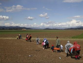 Refugiats caminen en un camp cap a la frontera entre Grècia i Macedònia REUTERS