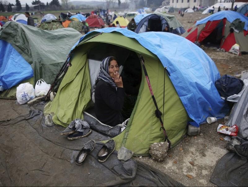 Milers de refugiats al camp grec d'Idomeni, desmantellat fa pocs dies.  ARXIU/EFE